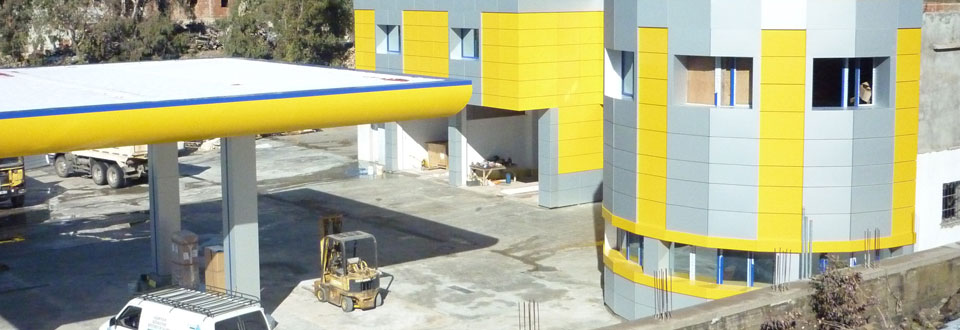 Revêtement en alucobond et fenêtres en PVC pour une station de service